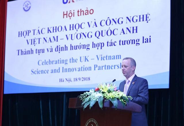 Đại sứ Anh tại Việt Nam ghi nhận và xướng tên hai tiến sĩ Việt tại sự kiện ngày 18/9. (Ảnh: Most.gov)
