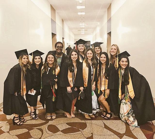 Phương mặc áo dài Việt bên trong chiếc áo cử nhân trong ngày tốt nghiệp ở Mỹ.