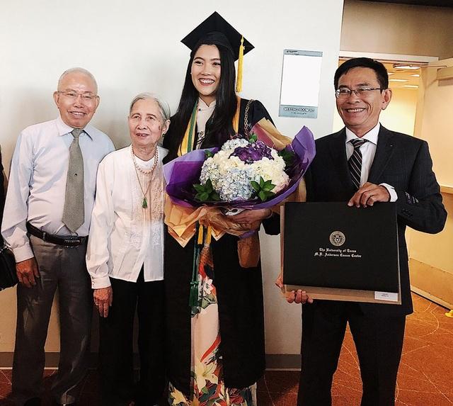Bố và bà hạnh phúc chia vui cùng Nam Phương trong ngày lễ trọng đại của cô.