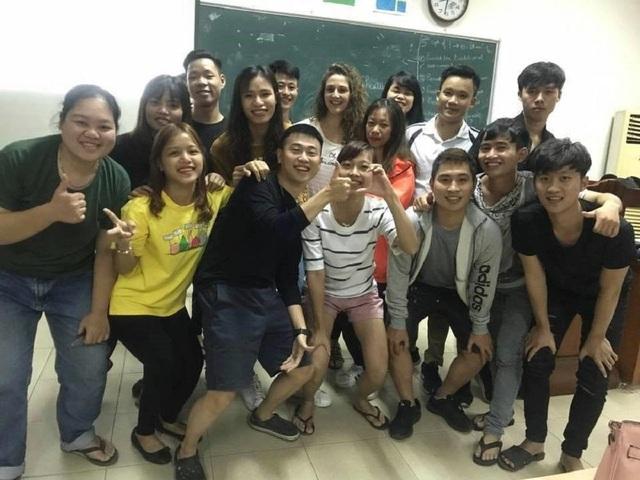 Hà Trang (áo vàng) cùng các bạn trong câu lạc bộ Tiếng Anh tại trường ĐH Nông Lâm Thái Nguyên.