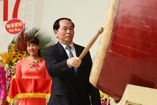 Chủ tịch nước Trần Đại Quang đánh trống khai giảng năm học mới tại trường THPT chuyên Hà Nội - Amsterdam