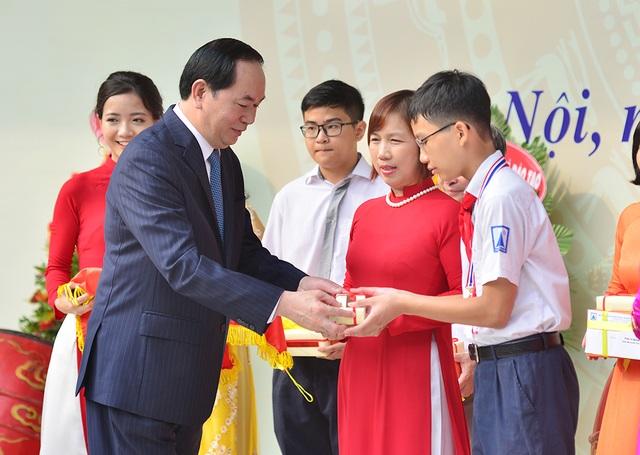 Chủ tịch nước Trần Đại Quang trao thưởng cho các học sinh, giáo viên có thành tích xuất sắc (Ảnh: Mai Châm).