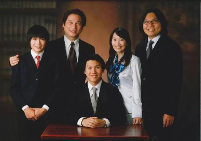 Trần Mỹ Linh bên chồng và 3 cậu con trai tài năng đều theo học tại ĐH Stanford danh tiếng.
