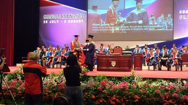 Phạm Quang Vũ mặc áo cử nhân nhận bằng tốt nghiệp Thủ khoa tại ĐH Công nghệ Nanyang (Singapore).