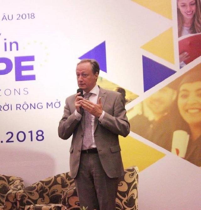 """Ngài Bruno Angelet – Trưởng Đại sứ đại diện Lãnh đạo của Phái đoàn Liên minh châu Âu phát biểu khai mạc """"Ngày hội giáo dục châu Âu""""."""