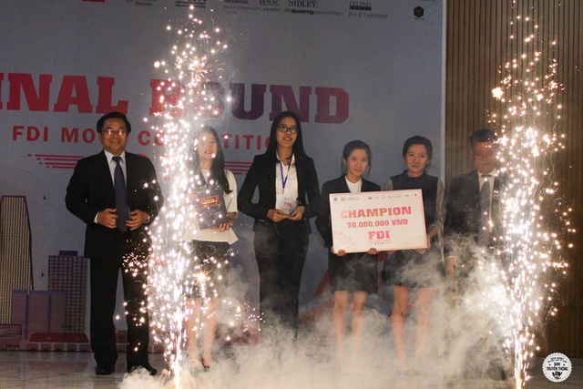 Đội thi Học viện Ngoại giao trong giây phút nhận giải vô địch vòng thi quốc gia.