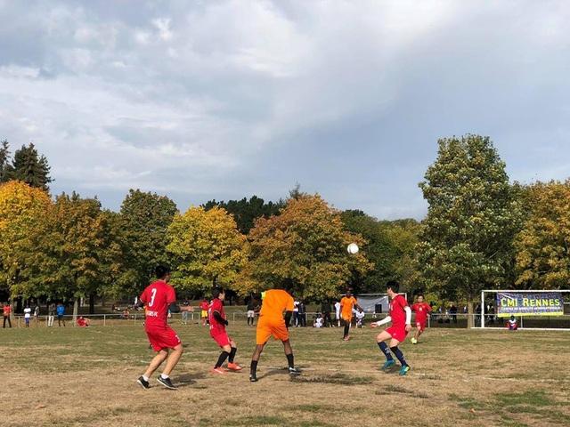 Các du học sinh Việt tranh tài trên sân cỏ cùng đội bạn.