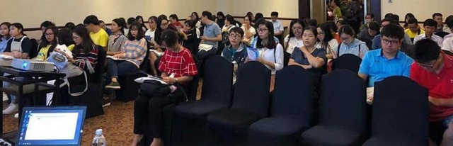 Đông đảo phụ huynh, học sinh tham dự đang lắng nghe về visa du học Pháp.