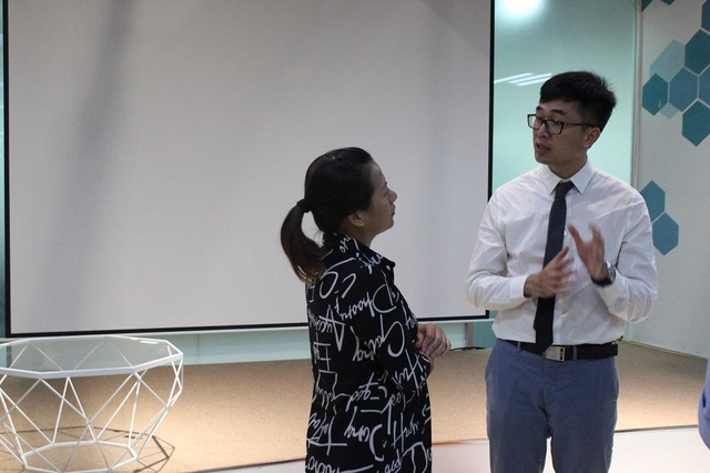 Bác sĩ Trần Huỳnh tư vấn cho người tham dự trong buổi nói chuyện.