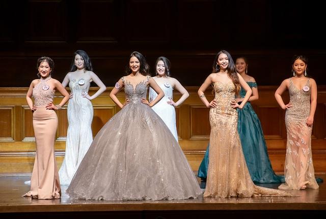 Top 8 thí sinh tranh tài trong đêm chung kết VMiss 2018.
