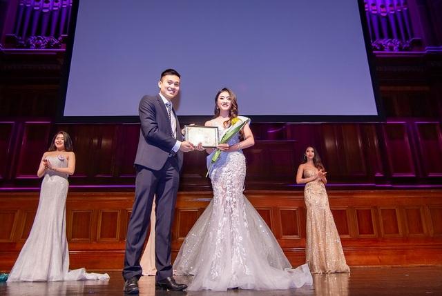 Vũ Trần Uyển Nhi, cô gái 18 tuổi giành giải phụ Thí sinh trình diễn Catwalk đẹp nhất.