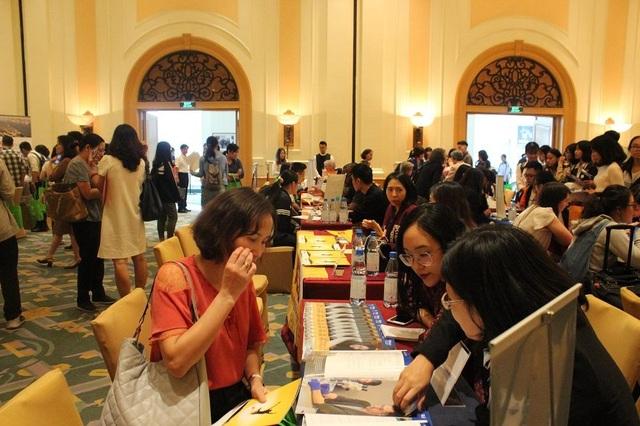 Đại diện của 46 trường đại học Mỹ trực tiếp đến Hà Nội tư vấn giáo dục với các bậc phụ huynh và các em học sinh tại triển lãm năm nay.