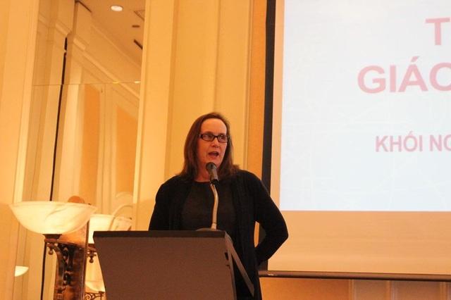 Phó đại sứ Caryn R. McClelland phát biểu khai mạc triển lãm.