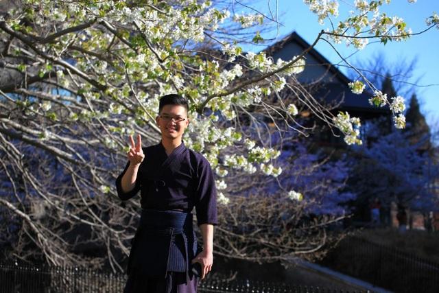 Trong lễ hội Hanami ngắm hoa anh đào tại trường ĐH, Lân mặc trang phục chuẩn bị biểu diễn Kendo.