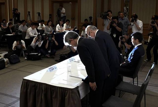Lãnh đạo Đại học Y Tokyo cúi đầu xin lỗi trong cuộc họp báo ngày 7/8 vì đã thao túng điểm thị nhằm giảm tỷ lệ ứng viên nữ trúng tuyển. Ảnh: Kyodo