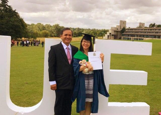 Bố Thảo bay từ Việt Nam sang trong ngày Thảo nhận bằng tốt nghiệp cử nhân loại xuất sắc tại ĐH UEA (Anh) hồi tháng 7/2017.