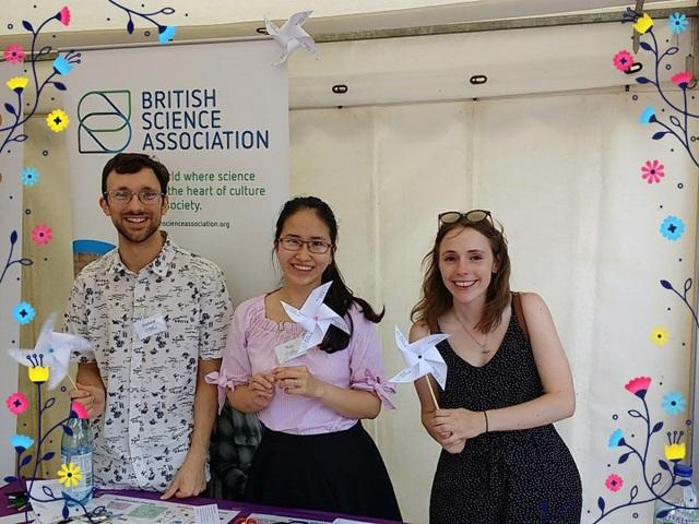 Ngọc Thảo (giữa) trong dịp đi tình nguyện cho Hiệp hội Khoa học Anh quốc.