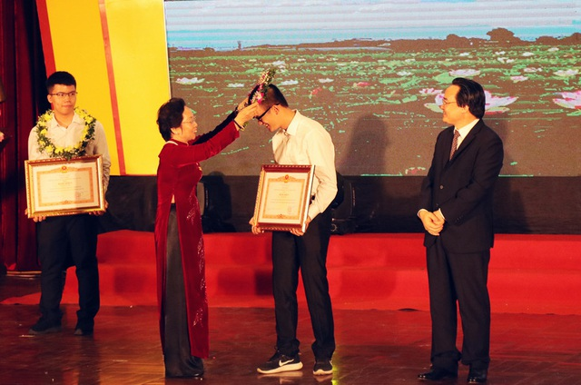 Bà Nguyễn Thị Doan (Nguyên Phó chủ tịch nước, Chủ tịch Hội khuyến học Việt Nam) trao vòng nguyệt quế, bằng khen của Thủ tướng Chính phủ cho các học sinh xuất sắc.