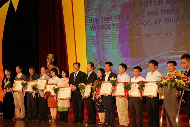 Vinh danh các thầy cô giáo đã có công dạy dỗ, huấn luyện các đội tuyển Olympic Việt Nam thi đấu và giành giải quốc tế, khu vực.