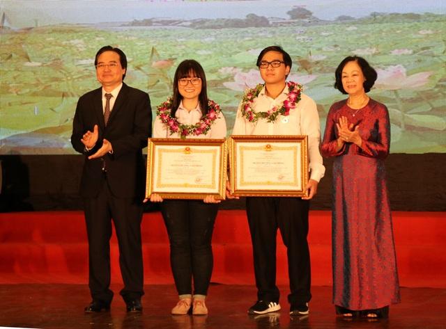 Trưởng ban Dân vận Trung ương Trương Thị Mai và Bộ trưởng Phùng Xuân Nhạ trao Huân chương Lao động hạng Ba của Chủ tịch nước cho 2 học sinh Nguyễn Phương Thảo và Phạm Đức Anh.