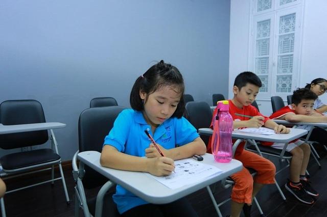 Học sinh nên được học viết tiếng Anh từ sớm.