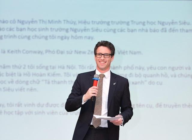 Ông Keith Conway gây ấn tượng mạnh bằng bài phát biểu bằng Tiếng Việt trước 500 em học sinh