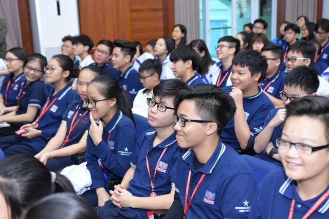 Học sinh thích thú theo dõi bài phát biểu của ngài Phó đại sứ.