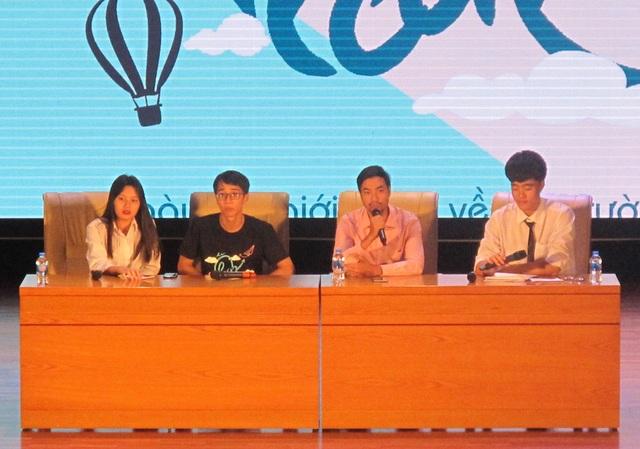 Thầy Nguyễn Thành Công - giáo viên trường THPT Chuyên ĐH Sư phạm Hà Nội (thứ 3 từ trái sang) cùng các đại diện học sinh trường chuyên tại buổi tọa đàm.