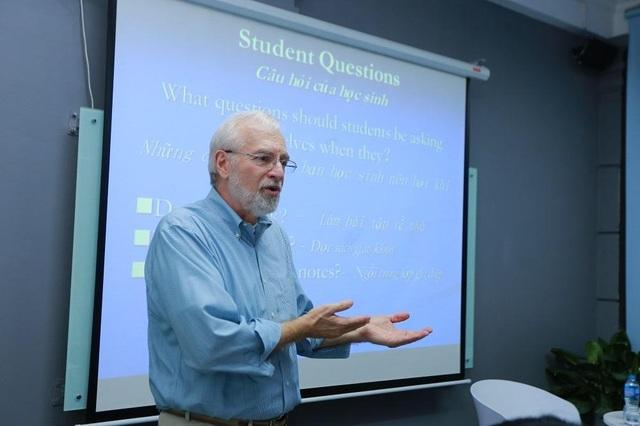 Ông Kevin Mattingly đang chia sẻ về những lầm tưởng trong việc học.