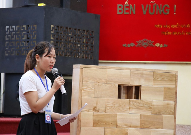 """Đại diện nhóm """"Gạch gỗ Việt-2Gvi"""" thuyết trình về dự án bên cạnh sản phẩm mẫu."""