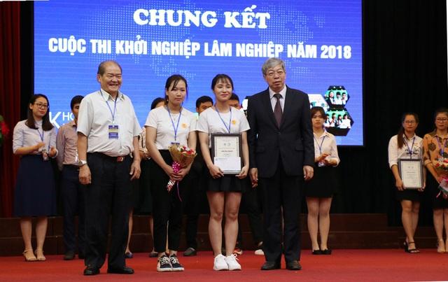 """Giây phút đội quán quân được xướng tên: Dự án """"Gạch gỗ Việt-2Gvi"""" của nhóm sinh viên đến từ ĐH Lâm nghiệp."""