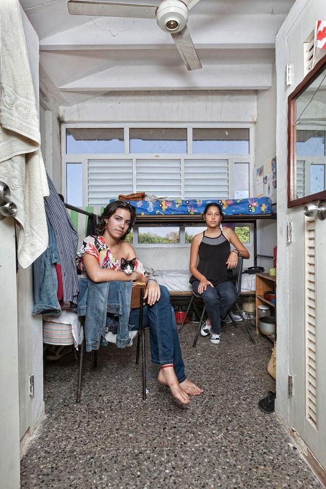 Phòng ở của 2 nữ sinh viên Cuba. Một người theo học diễn xuất, người còn lại học chuyên ngành kỹ thuật âm thanh. (Ảnh: Henny Boogert)