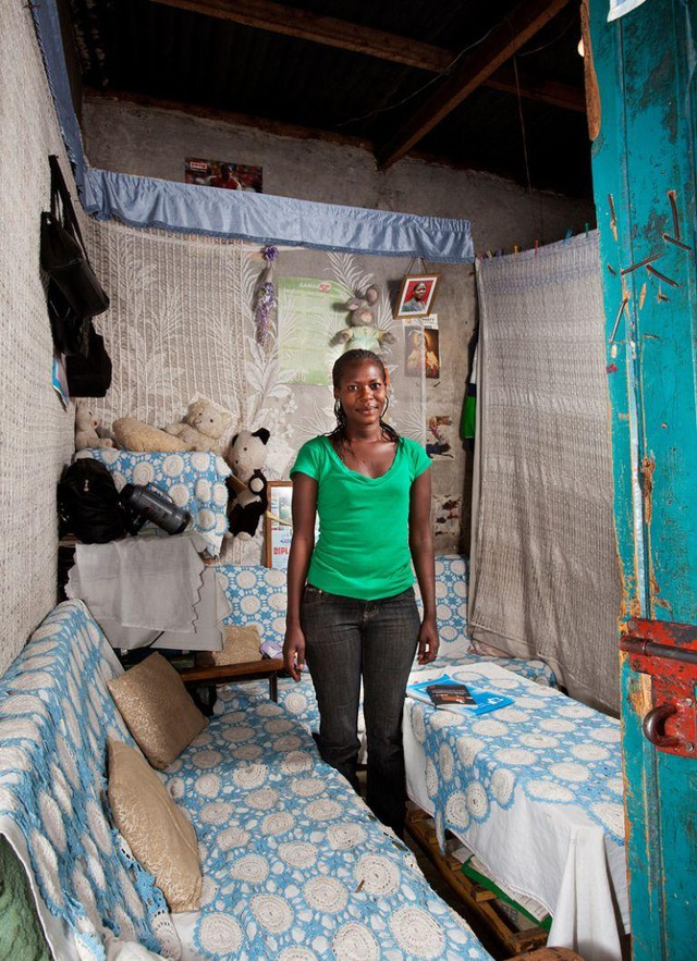 Phòng sinh hoạt của cô bạn Vinnick, theo học chuyên ngành truyền thông đại chúng tại Nairobi, Kenya. (Ảnh: Henny Boogert)