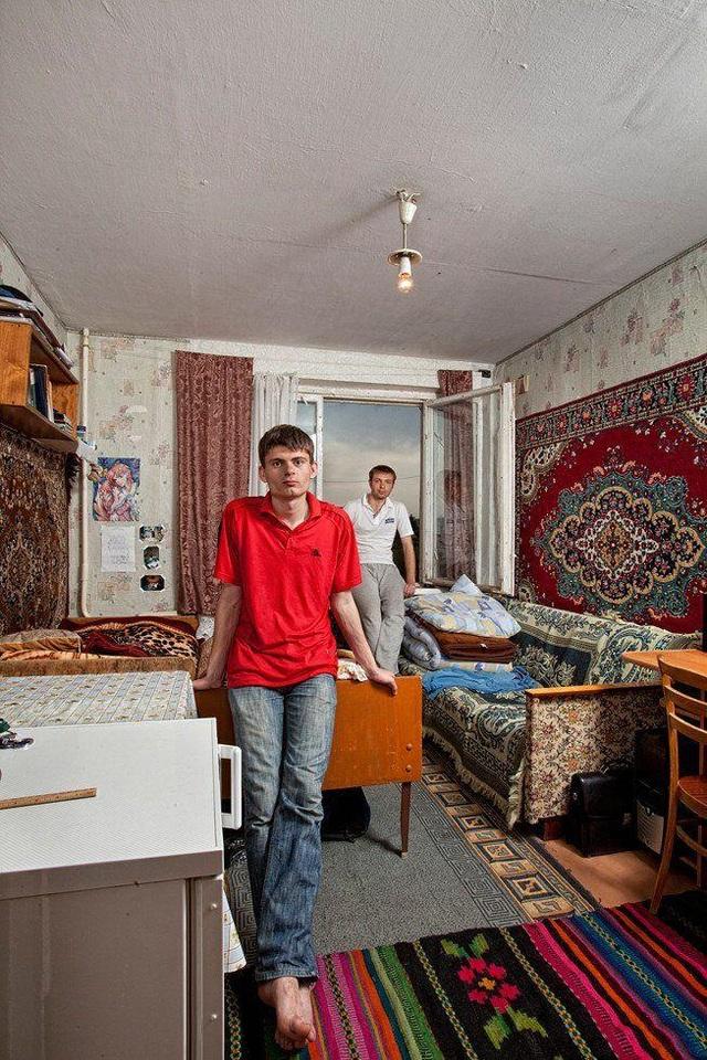 Phòng nghỉ của 2 nam sinh Moldova. Một người theo học Lịch sử và Triết học, một người theo học tiếng Pháp. (Ảnh: Henny Boogert)