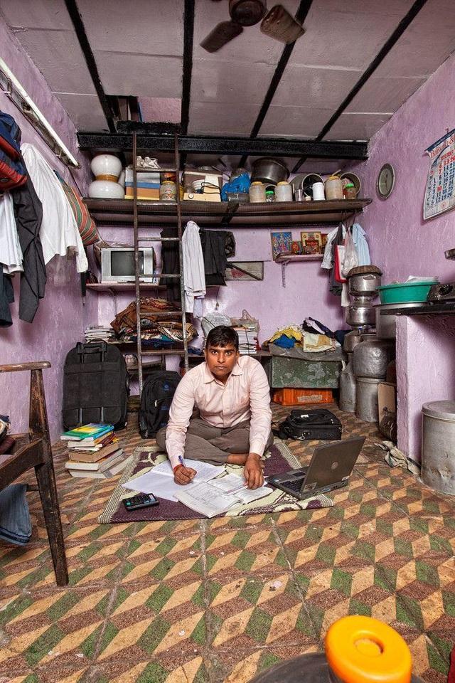 """""""Tôi muốn và tôi phải trở thành người dẫn đầu của nền kinh tế Ấn Độ trước năm 2030. Tôi muốn thành lập một đại lý du lịch và cũng muốn kinh doanh trong các lĩnh vực xăng dầu và bất động sản. Hiện tôi đã hoàn thành việc học và đang tìm kiếm các nhà đầu tư nước ngoài cho các dự án của mình"""", Pankaj (22 tuổi) sống tại Mumbai, Ấn Độ. (Ảnh: Henny Boogert)"""