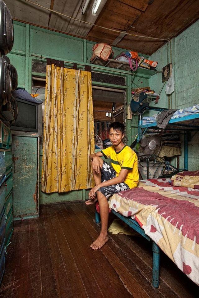 Cậu bạn Bryan theo học tiếng Anh tại Đại học Far Eastern, Philippines. Em là 1 trong những sinh viên trẻ nhất của nhà trường khi mới 16 tuổi. (Ảnh: Henny Boogert)
