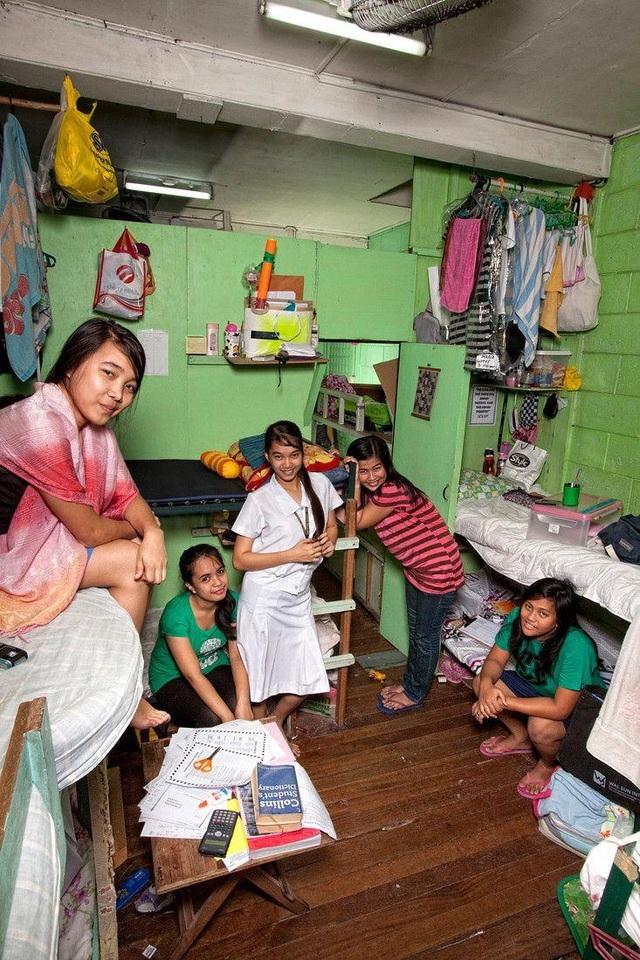 Phòng sinh hoạt của các nữ sinh Philippines. (Ảnh: Henny Boogert)