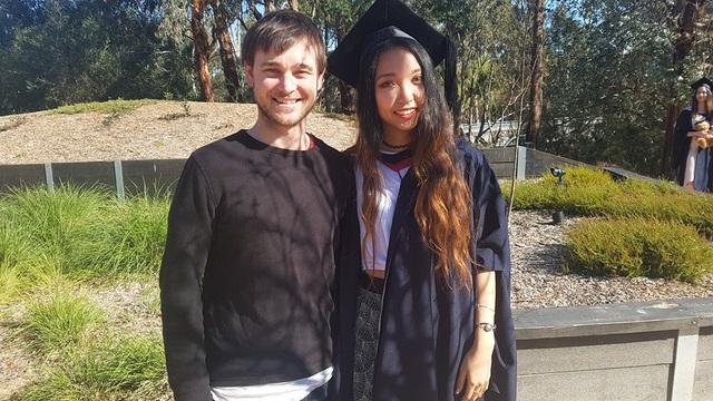 Gia Bảo và bạn quốc tế trong lễ tốt nghiệp thạc sĩ.