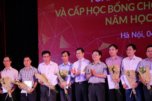 Thứ trưởng Bộ KH-CN Bùi Thế Duy (áo trắng, giữa) trao giải cho các tác giả đạt công trình Toán học xuất sắc năm 2017-2018.