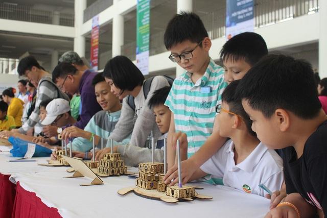 Các em học sinh cùng tham quan và trải nghiệm các trò chơi ứng dụng Toán học
