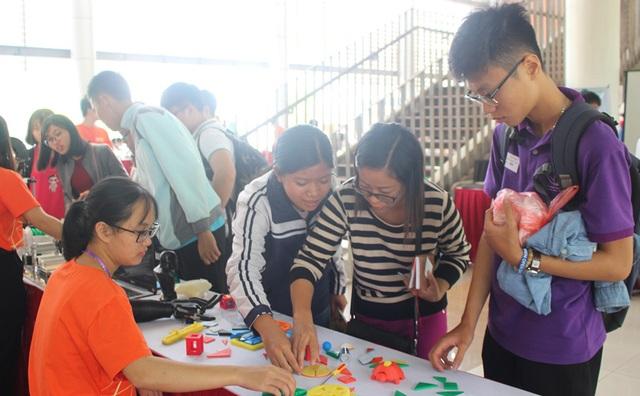 Cô giáo Vũ Thị Minh (giáo viên bộ môn Công Nghệ tại THCS Ngọc Mỹ, huyện Quốc Oai, Hà Nội) cùng học sinh Doãn Thị Hải Châu trải nghiệm các hoạt động của ngày hội.