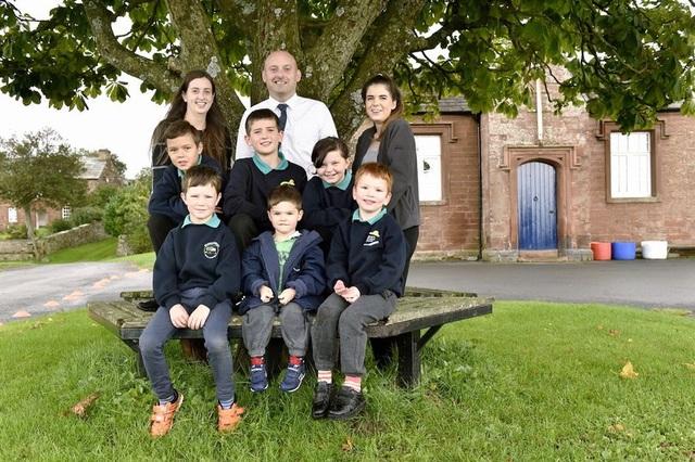 Từ trái sang: Giáo viên Hayley Dixon, thầy hiệu trưởng Nick Page, trợ giảng Jessica White cùng các em học sinh.