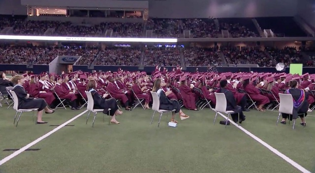 Học sinh toàn trường đều chú ý lắng nghe và vỗ tay ủng hộ bài phát biểu của Scott (Ảnh: ABC News)