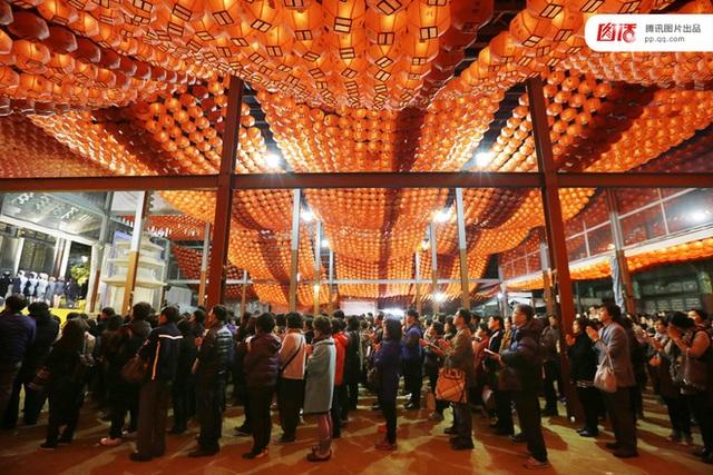 Hàng chục nghìn phụ huynh Hàn Quốc đến chùa, đền, nhà thờ cầu nguyện cho con vượt qua kỳ thi sinh tử.