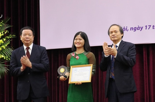 Tác giả Đỗ Thị Thùy Lan (giữa) nhận giải thưởng Đinh Xuân Lâm cho công trình nghiên cứu khoa học xuất sắc.