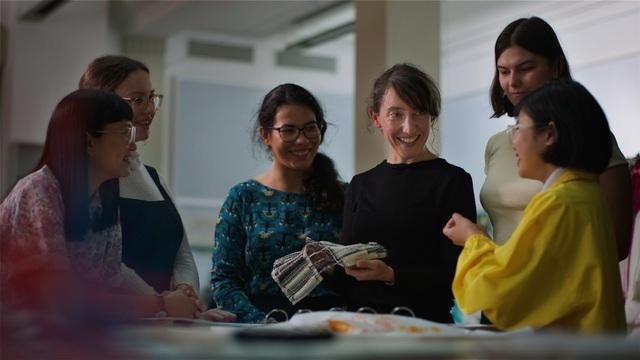 Nữ tiến sĩ Faith Kane (thứ 4, từ trái sang) trò chuyện cùng các học trò và đồng nghiệp.