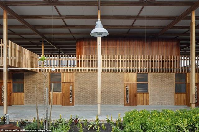 Trường cũng được thiết kế với rất nhiều khu vui chơi, phòng đọc, phòng xem TV được thiết kế theo không gian mở. Khuôn viên nhà trường được thiết kế rất nhiều lối đi dạo cho phép các học sinh tận hưởng khung cảnh nên thơ trong trường.