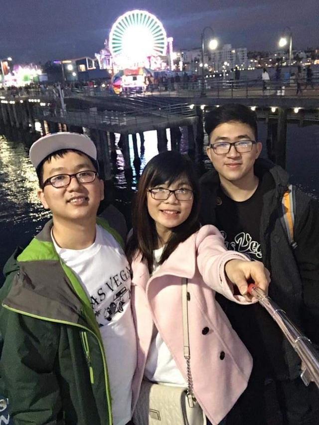 Anh trai của Phạm Gia Phong là Phạm Quang Vũ (trái, ngoài cung) hiện là kỹ sư phần mềm tại Google.