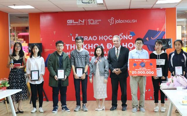 7 thủ khoa của các trường đại học trên địa bàn Hà Nội vinh dự nhận học bổng.