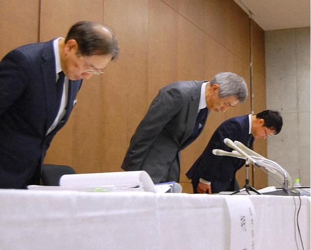 Lãnh đạo Đại học Fukuoka cúi đầu xin lỗi trong cuộc họp báo vào ngày 8/12 vừa qua (Ảnh: Mainichi).